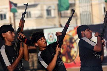 Garotos palestinos aprendem a usar armas de fogo durante os acampamentos, apoiados pelo Hamas. (Foto: Telegraph)